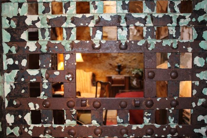 peeking into Al Capone's cell