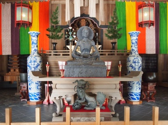 statue of Senju-kannon in the Hatto of Kencho-ji